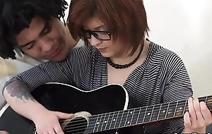 Hermosa Teen Dweeb Cogida por su top banana de guitarra Brasile&ntilde_o.