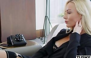 Wealthy porn hottie Kayden Kross watches her retrench fucking different girl